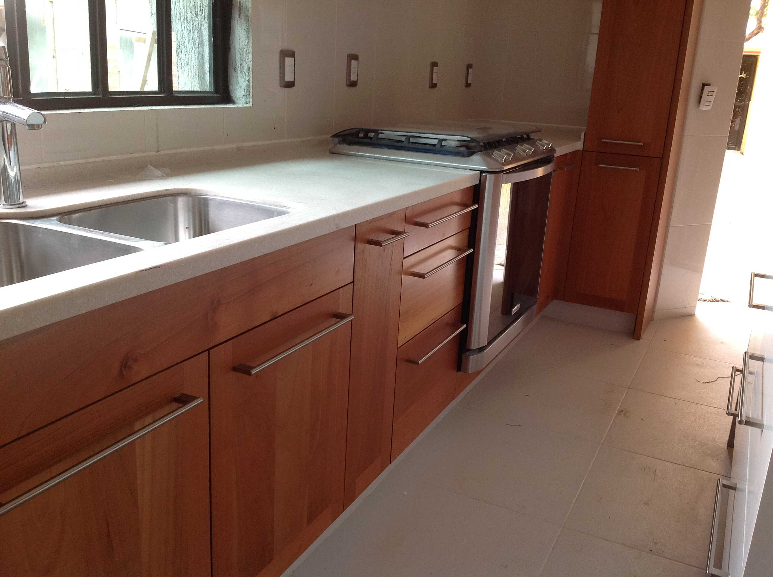 Madera yibel for Cocinas modernas color madera